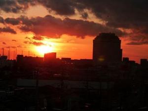 県庁脇に沈む夕日